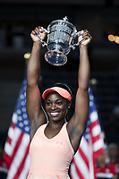 (170910) -- NEW YORK, Sept. 10, 2017 -- Sloane Stephens of the United States holds the trophy during the awarding ceremony after winning the women s singles final match against Madison Keys of the United States at the 2017 US Open in New York, the United States, Sept. 9, 2017. Sloane Stephens won 2-0 to claim the title. ) <br /> Foto Imago/Insidefoto