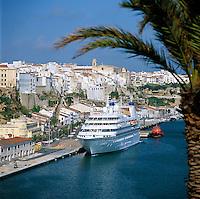 Spain, Balearic Islands, Menorca, Mahon (Maó): Harbour view with the Cruiseship Seabourn Legend | Spanien, Balearen, Menorca, Mahon (Maó): Stadt und Hafen mit Kreuzfahrtschiff Seabourn Legend