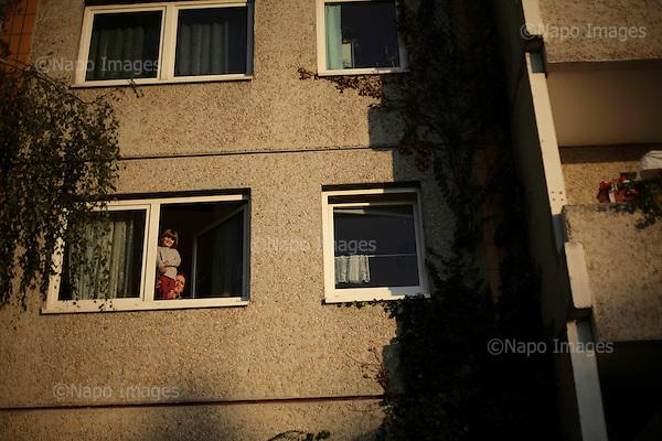 BERLIN, NIEMCY, 11/2008:.Treptow, blokowisko Altglienicke..Dwie dzielnice Berlina; Rudow, znajdujace sie w bylym Berlinie Zachodnim, oraz Treptow, po wschodniej stronie, byly przez lata rozdzielone murem berlinskim. Gdy mur runal, zostaly on z powrotem zjednoczone az do momentU, gdy miedzy nimi wyrosla nowa bariera - autostrada zbudowana wzdluz pasa ziemi niczyjej na ktorej stal mur.  .Fot: Piotr Malecki / Napo Images ..An apartment block on DDR built housing estate in Treptow,  East side of the former Berlin Wall..Two Berlin neighbourhoods; Rudow, on the western side and Treptow in the East, used to be divided by the infamous Berlin Wall until 1989. Now they both are a part of the same Germany, although quite recently they have been divided again, by a new motorway built along the no-man's land of the wall. .Berlin, Germany, November 2008.(Photo by Piotr Malecki / Napo Images)