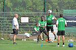 FBL 09/10 Traininglager  Werder Bremen Norderney 2009 Day 04 Training vormittag<br /> <br /> <br /> Kopfballtraining am Gummiband beobachtet von Thomas Schaaf ( Bremen GER - Trainer  COACH) Aaron Hunt ( Bremen GER #14 )<br /> <br /> <br /> Foto &copy; nph (nordphoto)