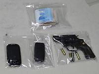 SAO PAULO - SP - 12 DE JULHO DE 2013 - ASSALTO HOTEL, por volta de 15:30hs tres assaltantes tentaram roubar um turista espanhol que havia sacado 15 mil reais e voltava ao hotel, quando foi abordado pelos ladroes. Arma e dinheiro encontrado, provavelmente de outro roubo.  FOTO: MAURICIO CAMARGO / BRAZIL PHOTO PRESS.