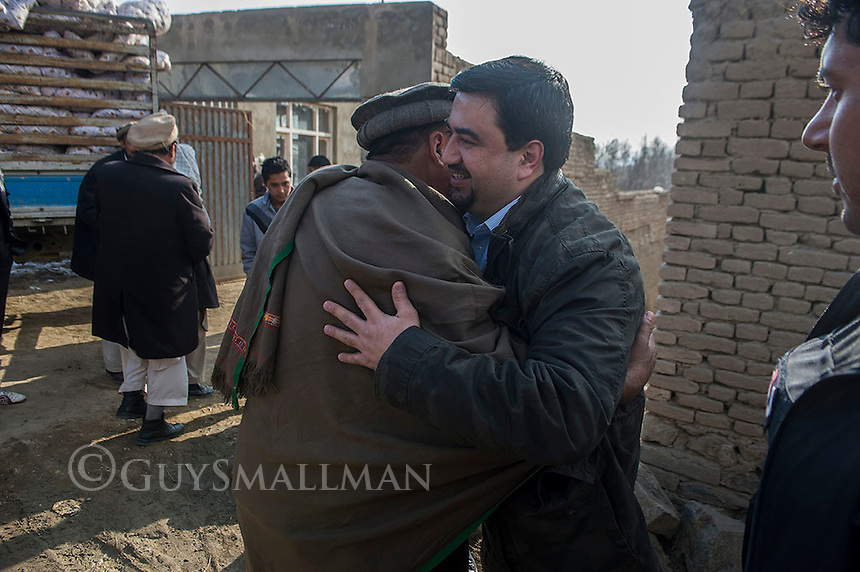 Afghan Action board member Samad Samadi oversees a delivery of quilts to the town of Paghan near Kabul. 21-1-14
