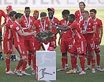27.06.2020, Fussball: nph00001 1. Bundesliga 2019/2020, 34. Spieltag, VfL Wolfsburg - FC Bayern Muenchen, in der Volkswagen-Arena Wolfsburg. Siegerehrung nach dem Spiel: Der FC Bayern MŸnchen feiert den Gewinn der 30. Deutschen Meisterschaft. Leon Goretzka (mi., Bayern MŸnchen) mit der Schale<br /><br />Foto: Bernd Feil/M.i.S./ /Pool/nordphoto<br /><br />Nur fŸr journalistische Zwecke! Only for editorial use! <br /><br />GemŠ§ den Vorgaben der DFL Deutsche Fussball: nph00001 Liga ist es untersagt, in dem Stadion und/oder vom Spiel angefertigte Fotoaufnahmen in Form von Sequenzbildern und/oder videoŠhnlichen Fotostrecken zu verwerten bzw. verwerten zu lassen. DFL regulations prohibit any use of photographs as image sequences and/or quasi-video.    <br /><br />National and international NewsAgencies OUT.