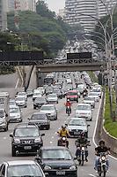 SAO PAULO, SP, 20.12.2013 -  TRANSITO AV 23 DE MAIO- SP -  Transito intenso na Avenida 23 de Maio, corredor norte-sul, na região do parque do Ibirapuera nesta sexta-feira (20) (Foto: Marcelo Brammer / Brazil Photo Press).