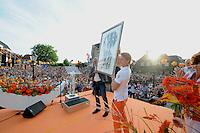 TURNEN: LEMMER: centrum Lemmer, 17-08-2012, Huldiging Olympisch kampioen Epke Zonderland, duizenden toeschouwers aanwezig in Lemmer, kado Gemeente Lemsterland wethouder Jelle Wesselius, ©foto Martin de Jong