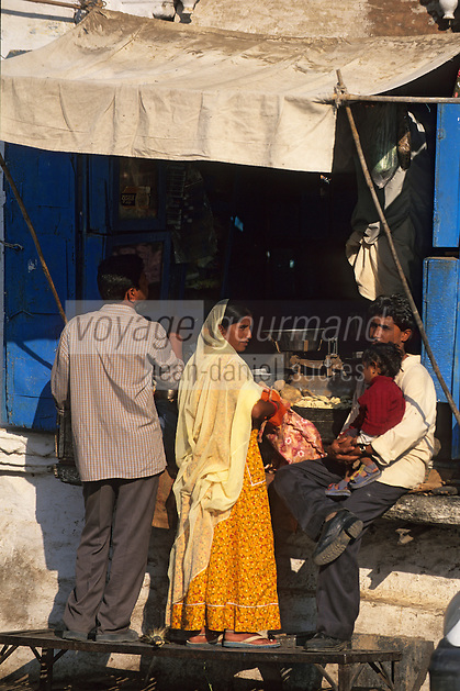 Asie/Inde/Rajasthan/Udaipur : Etal d'un marchand de légumes sur le marché