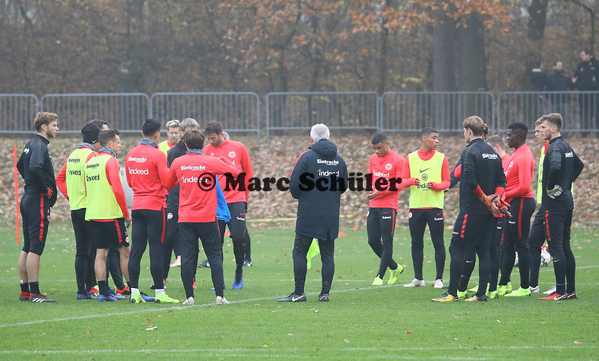 Besprechung - 14.11.2018: Eintracht Frankfurt Training, Commerzbank Arena, DISCLAIMER: DFL regulations prohibit any use of photographs as image sequences and/or quasi-video.