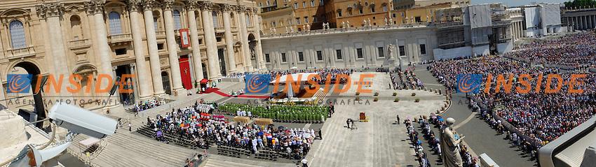 Panoramic view of the square<br /> Vista panoramica della piazza <br /> Citta' del Vaticano 16/5/2013 Piazza San Pietro<br /> Messa Evangelium Vitae Mass<br /> Foto Andrea Staccioli Insidefoto