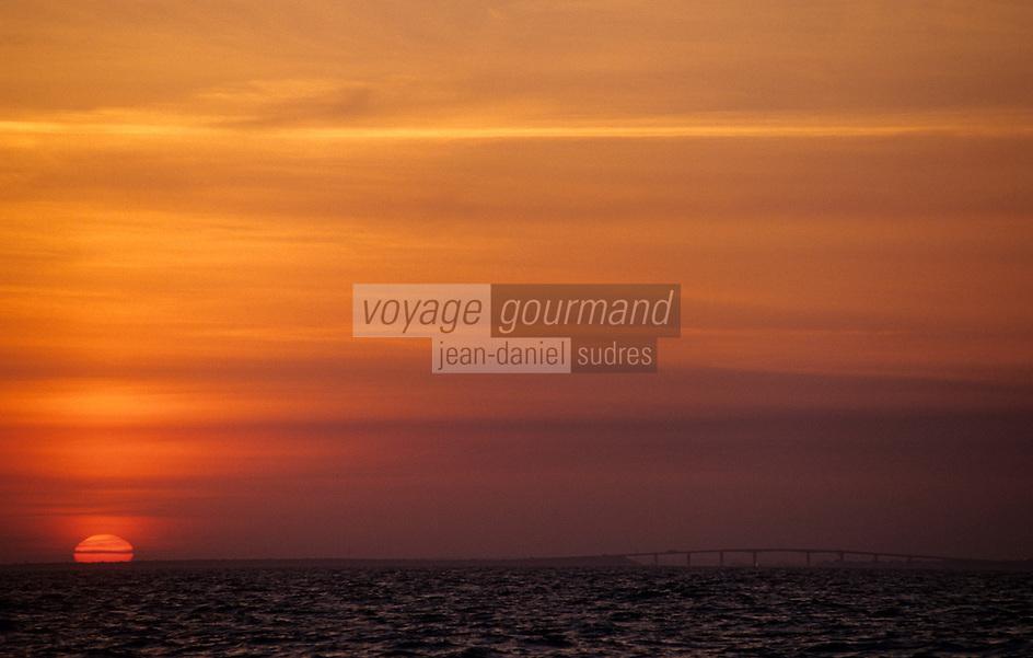 Europe/France/Pays de la Loire/85/Vendée/Ile de Noirmoutier: Soleil levant sur l'Ile et le pont