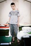 Karim lebt nach der Flucht aus seinem Heimatdorf mit seinen drei Schwestern, seinem Bruder und seinen Eltern in Charkiw. Er ist das Älteste Kind. Sein Vater stammt aus Palästina, seine Mutter ist Ukrainerin. Die beiden haben sich vor 19 Jahren  an der Universität kennengelernt. Sein Vater arbeitet als Manager. Karim war auch schonmal in Gaza-Stadt, um seine Großeltern zu besuchen. Pinguine und Elefanten sind seine Lieblingstiere. // Das Flüchtlingswerk der vereinten Nationen geht nach Informationenen des Ukrainischen Sozialministeriums von 1.357918 registirierten Binnenflüchtlingen aus. Die Statistik erfasst jedoch nicht jene, die in den Gebieten leben, die von den prorussischen Separatisten kontrolliert werden. 13 Prozent der ukrainischen Binnenflüchtlinge (IDPs) sind Kinder. Die Hilsoganisation Vostok SOS Schätzt die Zahl der ukrainischen Binnenflüchtlinge auf ca. 2 Millionen. Wer kein Kindergeld oder andere Versorgungsleistungen des States in Anspruch nehmen kann, lässt sich nicht registrieren. Qullen: http://vostok-sos.org // http://reliefweb.int/sites/reliefweb.int/files/resources/gpc_factsheet_june_2015_en_0.pdf