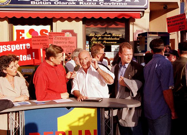 Der Sender Freies Berlin (SFB) lud feur seine nachmittaegliche Live-Talkshow -Berlin-Live- den umstrittenen Innensenator Joerg Schoenbohm (CDU) ein. Schoenbohm war in den Tagen zuvor durch Forderung nach -Austrocknung der Auslaenderghettos- in der Oeffentlichkeit scharf kritisiert worden. Die Sendung wurde im Bezirk Neukoelln auf dem sogenannten Tuerkenmarkt aufezeichnet.<br /> Hier: Joerg Schoenbohm, mit wei&szlig;em Hemd rechts neben dem Moderator Ulli Zelle.<br /> 9.6.1998, Berlin<br /> Copyright: Christian-Ditsch.de<br /> [Inhaltsveraendernde Manipulation des Fotos nur nach ausdruecklicher Genehmigung des Fotografen. Vereinbarungen ueber Abtretung von Persoenlichkeitsrechten/Model Release der abgebildeten Person/Personen liegen nicht vor. NO MODEL RELEASE! Nur fuer Redaktionelle Zwecke. Don't publish without copyright Christian-Ditsch.de, Veroeffentlichung nur mit Fotografennennung, sowie gegen Honorar, MwSt. und Beleg. Konto: I N G - D i B a, IBAN DE58500105175400192269, BIC INGDDEFFXXX, Kontakt: post@christian-ditsch.de<br /> Bei der Bearbeitung der Dateiinformationen darf die Urheberkennzeichnung in den EXIF- und  IPTC-Daten nicht entfernt werden, diese sind in digitalen Medien nach &sect;95c UrhG rechtlich geschuetzt. Der Urhebervermerk wird gemaess &sect;13 UrhG verlangt.]