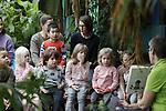 Foto: VidiPhoto<br /> <br /> ARNHEM – De meest spannende plek om voorgelezen te worden is ongetwijfeld een dierentuin. Voor Burgers' Zoo in Arnhem was dat woensdag reden om de Flamingo-kleuterklas van de Jan Ligthartschool uit Arnhem uit te nodigen om in het kader van de Nationale Voorleesweek de kleuters voor te lezen in de Mangrove van het park. Behalve dat het daar lekker warm is, is er ook van alles te zien en te beleven. Voor het voorlezen was dan ook minder belangstelling, dan voor het enorme aquarium met vissen een zeekoeien.