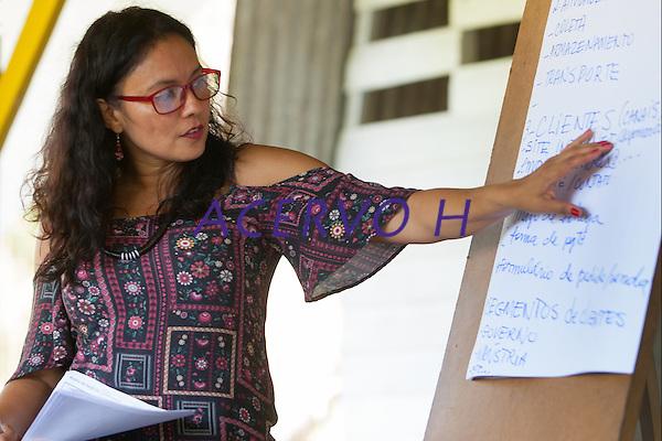 A economista Laura Rocha Santos durante a Oficina Gest&atilde;o de Empreendimentos Comunitarios, conduzida por ela durante o  8 Encontr&atilde;o dos Protocolos Comunit&aacute;rios do Bailique, foz do Amazonas.<br /> Comunidade do Arraiol, Arquip&eacute;lago do Bailique , Amap&aacute;, Brasil.<br /> Foto Paulo Santos