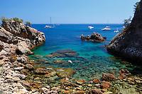 Spain, Catalonia, Costa Brava, near Calella de Palafrugell: Secluded cove | Spanien, Katalonien, Costa Brava, bei Calella de Palafrugell: abgelegene Bucht
