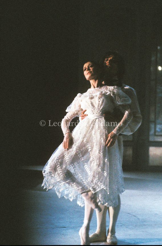 Carla Fracci è una ballerina italiana. Figlia di un tranviere, Carla Fracci, sin dal 1946 studia alla scuola di ballo del Teatro alla Scala con Vera Volkova ed altri coreografi, diplomandosi nel 1954. - Il 20 agosto la regina della danza Carla Fracci compie 80 anni e Rai Cultura la omaggia con una programmazione speciale. Milano dicembre 1989. © Leonardo Cendamo