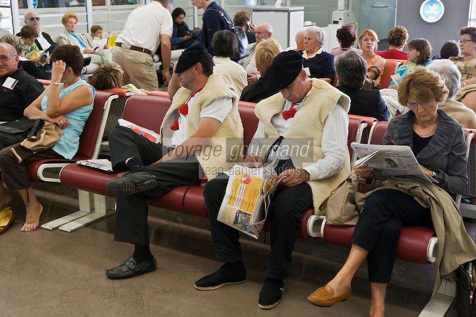 Europe:France/Ile-de -France/Val-de-Marne/Orly: Deux bergers landais en costume traditionnel dorment dans un salon d'attente de l'aéroport