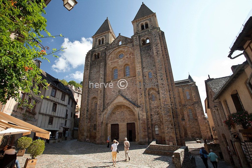 France, Aveyron (12), Conques, labellisé Les Plus Beaux Villages de France, étape majeure sur le chemin de Saint-Jacques-de-Compostelle, façade principale de l'abbatiale Sainte-Foy du XIe siècle, chef-d'oeuvre de l'art roman // France, Aveyron, Conques, labelled Les Plus Beaux Villages de France (The most beautiful villages of France) step on el Camino de Santiago, Sainte-Foy abbey of the eleventh century, a masterpiece of Romanesque architecture