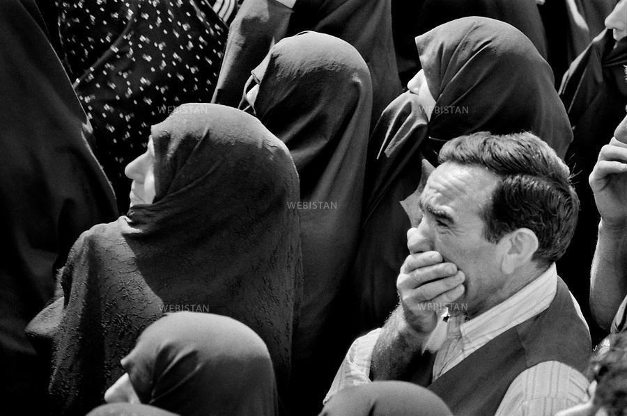 1980..Iran. Tehran. Mourners at a mass funeral of the first victims of the Iran-Iraq War (1980-1988)..Iran. Téhéran. Personnes en deuil lors des funérailles publiques des premières victimes de la Guerre Iran-Irak (1980-1988).