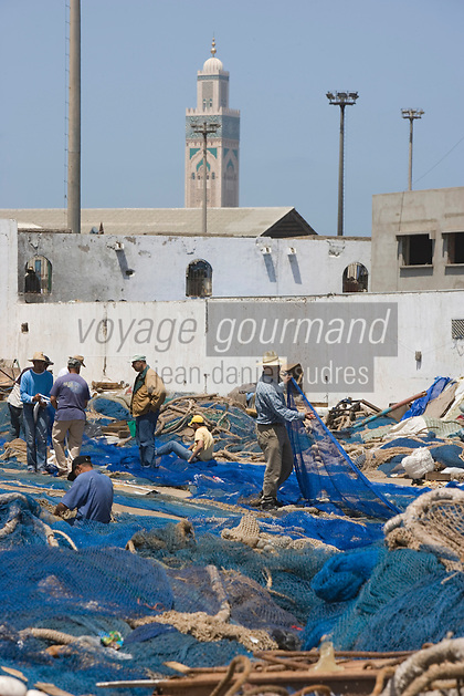Afrique/Afrique du Nord/Maroc /Casablanca: le port de pêche pécheurs remaillant les filets. A l'arrière plan le minaret de la Grande mosquée Hassan II