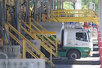 SAO PAULO, SP, 07 MARÇO DE 2012  Caminhao sendo abastecido na base da Av Almirante Delamari (TESPA) Sindicato dos Transportadores Rodoviários Autônomos de Bens do Estado de São Paulo (Sindicam-SP) informou na manhã desta quarta-feira (7) que irá acatar a decisão judicial que determinou a volta ao trabalho dos motoristas de caminhões-tanque que transportam combustíveis em São Paulo.  . (FOTO: ADRIANO LIMA - BRAZIL PHOTO PRESS)