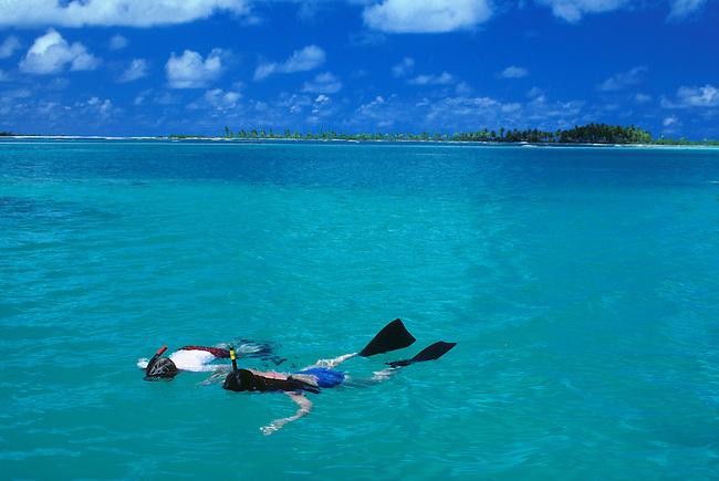 FRENCH POLYNESIA,TUAMOTUS, NAPUKA ISLAND, ATOLL, TOURISTS SNORKELING IN LAGOON