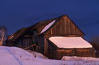 Amérique/Amérique du Nord/Canada/Quebec/Saint-Irénée : Grange dans la lumière du soir
