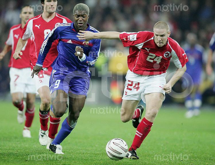 Fussball International WM Qualifikation Schweiz 1-1 Frankreich Djibril Cisse (FRA,li) gegen Philippe Senderos (SUI,re)