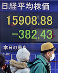 January 6, 2014, Tokyo, Japan - Tokyo stocks drop more than 350 points Monday, January 6, 2014, the new year's first traiding day. The 225-issue Nikkei Stock Average fell 382.43 points from Dec. 30 to close at 15,908.88.  (Photo by Natsuki Sakai/AFLO)