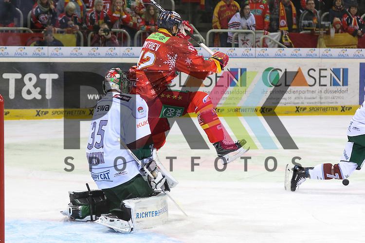 Duesseldorfs Alexej Dmitriev (Nr.42) springt, aber der Puck kommt nicht bis zu Augsburgs Goalie Jonathan Boutin (Nr.35) durch beim Spiel in der DEL Duesseldorfer EG (rot) - Augsburger Panther (weiss).<br /> <br /> Foto &copy; PIX-Sportfotos *** Foto ist honorarpflichtig! *** Auf Anfrage in hoeherer Qualitaet/Aufloesung. Belegexemplar erbeten. Veroeffentlichung ausschliesslich fuer journalistisch-publizistische Zwecke. For editorial use only.