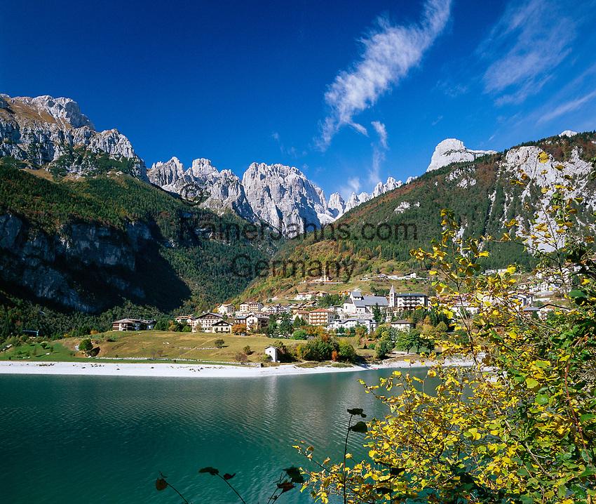 Italien, Trentino-Alto Adige, bei Molveno: Lago di Molveno und die Brenta (Gebirge) | Italy, Trentino-Alto Adige, near Molveno: Lago di Molveno and Brenta Group or Brenta Dolomites