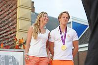TURNEN: LEMMER: centrum Lemmer, 17-08-2012, Huldiging Olympisch kampioen, vriendin Linda Steen, Epke Zonderland met z'n gouden medaille, ©foto Martin de Jong