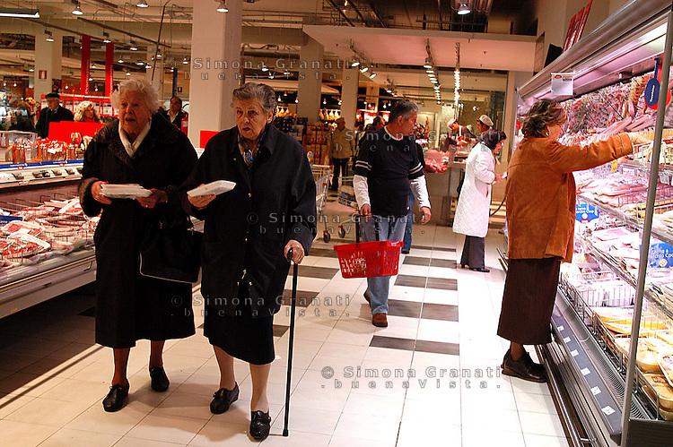 Roma, .Supermercato Coop Laurentino.Anziane .Rome.Supermarket Coop Laurentino.Elderly women