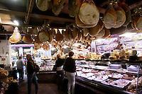 Il Teatro Anatomico dell'Archiginnasio di Bologna.<br /> The Anatomy Theatre of the Archiginnasio in Bologna.<br /> UPDATE IMAGES PRESS/Riccardo De Luca Negozi di alimentari nella zona di via delle Drapperie a Bologna.<br /> Food shops in via delle Drapperie, Bologna.<br /> UPDATE IMAGES PRESS/Riccardo De Luca