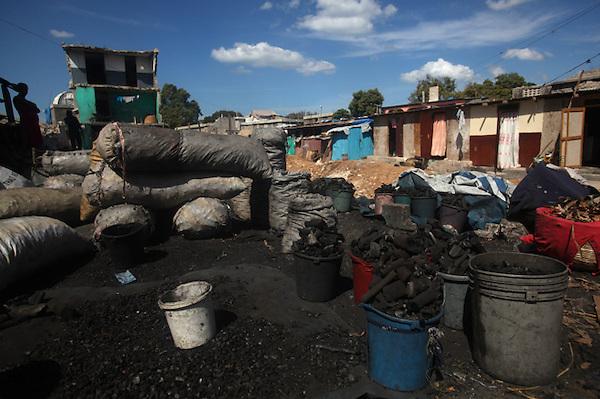 (((SERIE GRÁFICA:8 DE 8))) HAI28. PUERTO PRÍNCIPE (HAITÍ), 31/01/2012.- Vista de un puesto de carbón en un barrio de Puerto Príncipe (Haití) hoy, martes 31 de enero de 2012. El carbón es el principal combustible para cocina en Haití, y República Dominicana denuncia permanentemente que existe un tráfico de carbón desde su país, y que sus bosques están siendo depredados para este comercio. EFE/Orlando Barría..