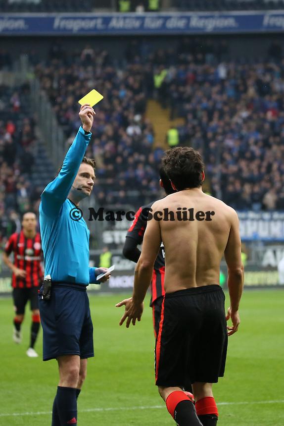Torjubel um Nelson Valdez (Eintracht) beim 4:0, der dafür Gelb sieht von Schiedsrichter Guido Winkmann - Eintracht Frankfurt vs. SC Paderborn 07, Commerzbank Arena