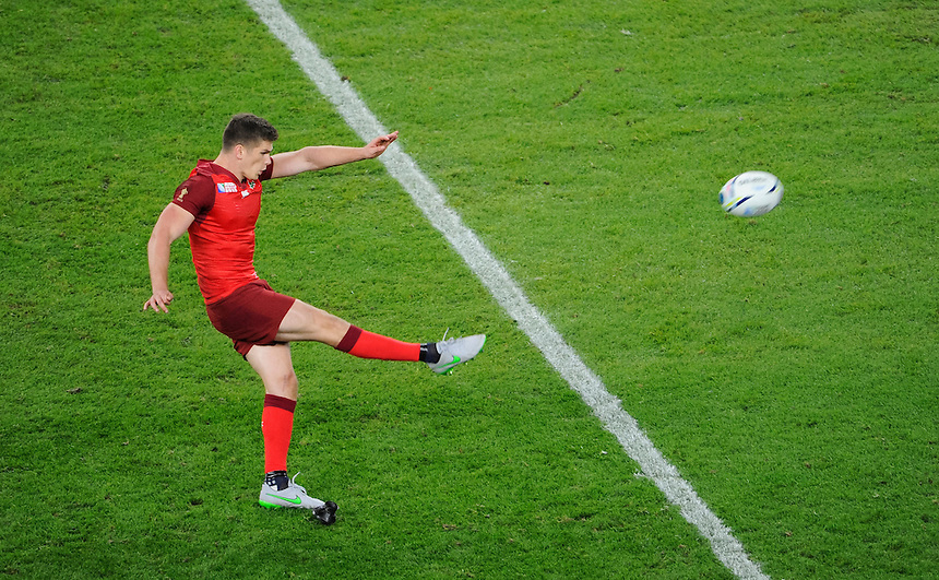 England's Owen Farrell kicks a penalty<br /> <br /> Photographer Ashley Western/CameraSport<br /> <br /> Rugby Union - 2015 Rugby World Cup - England v Fiji - Friday 18th September 2015 - Twickenham - London<br /> <br /> &copy; CameraSport - 43 Linden Ave. Countesthorpe. Leicester. England. LE8 5PG - Tel: +44 (0) 116 277 4147 - admin@camerasport.com - www.camerasport.com