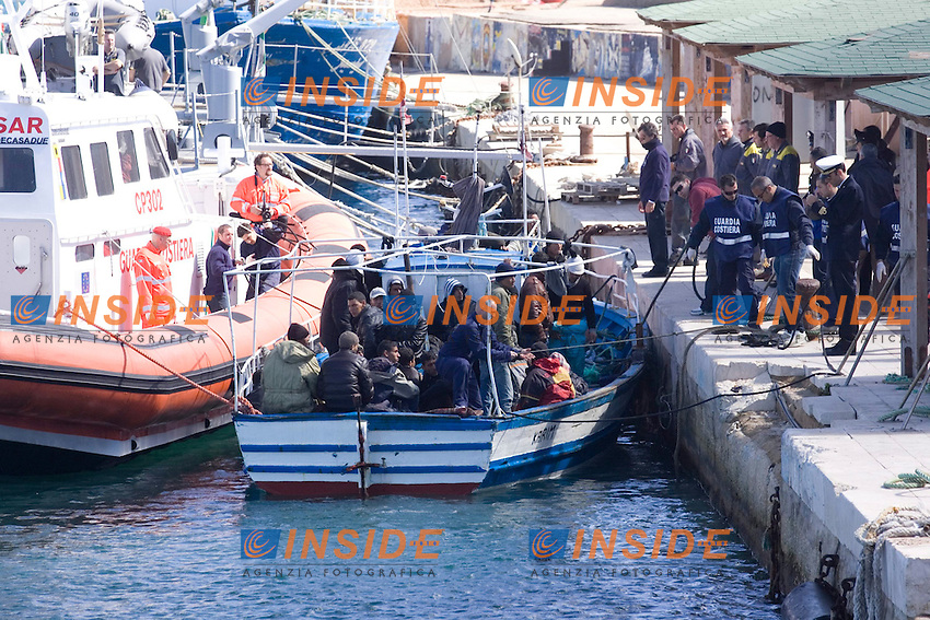 Una moto-vedetta della Guardia Costiera scorta un barcone proveniente dalla Tunisia, con a bordo trentadue profughi, al molo Favarolo del porto di Lampedusa...Lampedusa 05 Marzo 2011...Photo Serena Cremaschi Insidefoto..........