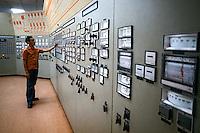 Centro de controle de usina de processamento de minerio de ferro no quadrilatero ferrífero de Mariana. Minas Gerais. 1978. Foto de Juca Martins.