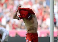 Fussball  1. Bundesliga  Saison 2013/2014  3. Spieltag FC Bayern Muenchen - 1. FC Nuernberg       24.08.2013 JUBEL FC Bayern Muenchen; Torschuetze zum 1-0 Franck Ribery reisst sich sein Trikot vom Koerper