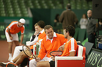 6-2-06, Netherlands, Amsterdam, Daviscup, first round, Netherlands-Russia, training,John van Lottum is being coached bij Tjerk Bogtstra(l)