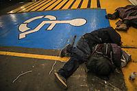 A pesar de las alertas de el gobierno y medidas preventivas , <br /> <br /> varios indigentes y personas de extrema pobreza se niegan a dormir en los albergues de la ciudad capital de Sonora, se refugian y duermen en rincones de negocios de el centro de Hermosillo. <br /> <br /> Foto: Luis Guti&eacute;rrez /Norte Photo
