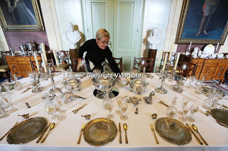 """Foto: VidiPhoto..DOORN - Vanaf 17 december tot en met 6 januari staat het sterfhuis van de Duitse keizer Wilhelm II, Huis Doorn, vol met unieke zilveren topstukken. Vrijwilligers zijn maandag bezig met het inrichten van de expositie """"Zilver, Kerst bij de keizer"""" en het oppoetsen van de honderden kostbare objecten. Dat laatste gebeurt met ongeblust krijt om beschadiging aan de voorwerpen te voorkomen. De Hohenzollern zilvercollectie van Keizer Wilhelm II is wereldberoemd en wordt slechts zelden aan het publiek getoond. De expositie toont de Europese zilvergeschiedenis van de 16e tot de 20e eeuw. De collectie is het privébezit van de Duitse keizer geweest, die in 1941 als banneling in Huis Doorn overleed.."""