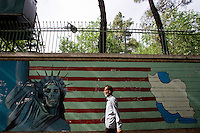 Graffiti anti America davanti l'ambasciata degli Stati Uniti a Teheran. Graffiti in front of the former American embassy in Tehran.