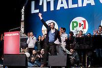 Milano: manifestazione del Partito Democratico per sostenere la candidatura di Umberto Ambrosoli a presidente della Regione Lombardia e Pier Luigi Bersani a Presidente del Consiglio..Nella foto Ambrosoli sale sul palco