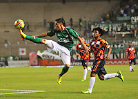 CALI -COLOMBIA-02-08-2013. Sergio Romero (I) del Deportivo Cali le gana el balómn a un jugador del Boyacá Chico FC  durante partido válido por la segunda fecha de la Liga Postobon II 2013 jugado en el estadio Palmaseca de la ciudad de Cali./  Deportivo Cali player Sergio Romero (L) win the ball to Boyaca Chico FC player during match valid to the second date of the Postobon League II 2013 played at Palmaseca stadium in Cali city.  Photo: VizzorImage/STR