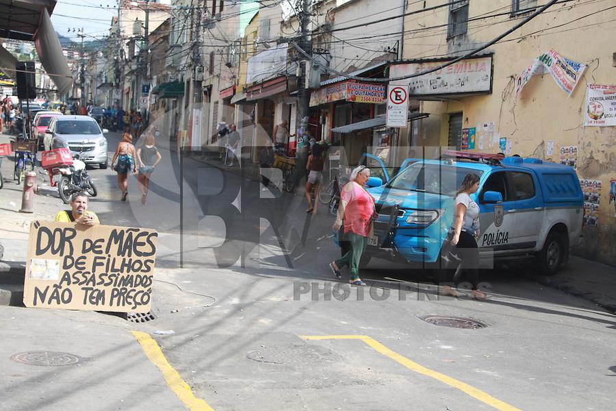 RIO DE JANEIRO, RJ, 15.05.2015 - VIOLÊNCIA-RJ - Clima de tensão na manhã desta sexta-feira (15) no Morro do São Carlos, no Estácio, por causa da morte de dois jovens na comunidade. Os corpos foram encontrados num matagal no alto da comunidade próximo as torres da Light. A comunidade fez um protesto no Largo do Estácio e queimou um ônibus. No fim da manhã a Divisãod e Homicídios da Polícai Civil esteve no local para fazer a perícia e retirar os corpos. (Foto: Celso Barbosa / Brazil Photo Press)