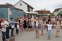 Eltern üben mit den Kindern die Losung zum Eintritt zur Abschlussveranstaltung der Ferienspiele der Kinder- und Jugendförderung Trebur