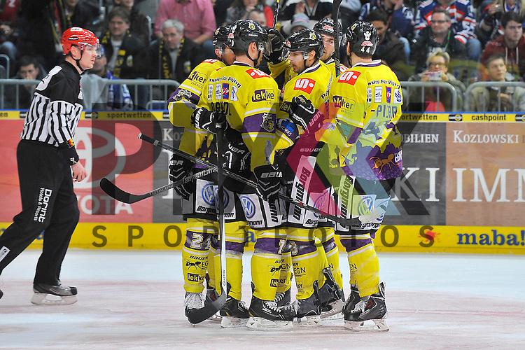 Torjubel zum 2:3 von Krefelds Josh Meyers (Nr.27) beim Spiel in der DEL, Adler Mannheim - Krefeld Pinguine.<br /> <br /> Foto &copy; Ice-Hockey-Picture-24 *** Foto ist honorarpflichtig! *** Auf Anfrage in hoeherer Qualitaet/Aufloesung. Belegexemplar erbeten. Veroeffentlichung ausschliesslich fuer journalistisch-publizistische Zwecke. For editorial use only.