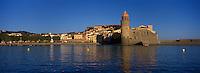 Europe/France/Languedoc-Roussillon/66/Pyrénées -Orientales/Collioure:le port  et  l église avec son clocher phare (ancien phare médiéval)