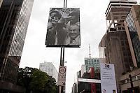 SAO PAULO, SP, 03.05.2015 - EXPOSIÇÃO-SP -  Uma exposição ao ar livre foi montada na avenida Paulista, para celebrar os 30 anos da redemocratização do país. Trinta painéis com imagens da época do fim da ditadura militar ilustram momentos históricos, que marcaram o retorno da democracia a politica brasileira. Na avenida Paulista, inicio da tarde desse domingo 03. ( Foto: Gabriel Soares/ Brazil Photo Press)